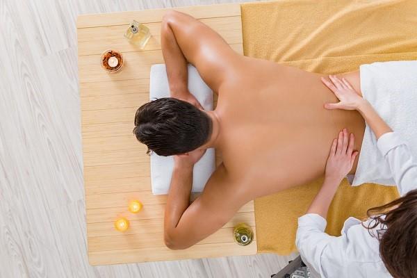 Thực hiện massage từ chân lên đến vai